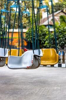 회전 목마 타기의 빈 의자 프리미엄 사진