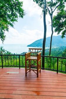 Пустой стул на балконе с фоном точки зрения океана и моря в таиланде