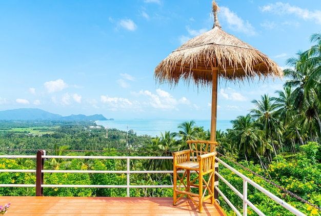 태국에서 바다 바다 관점 발코니에 빈 의자 프리미엄 사진
