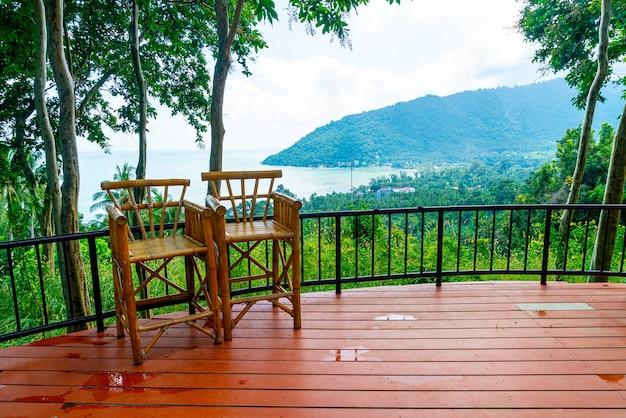 태국에서 바다 바다 관점 발코니에 빈 의자