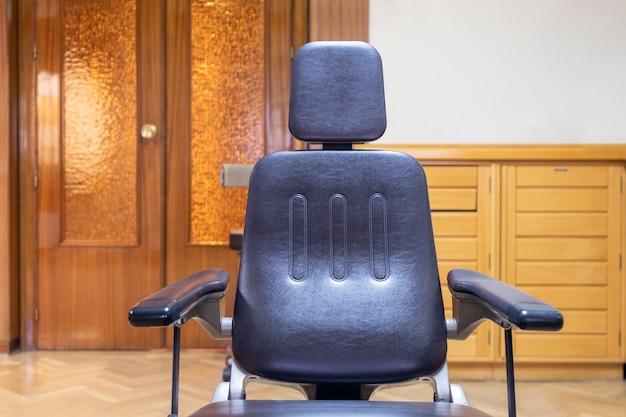 Пустой стул подготовлен для терапии в помещении