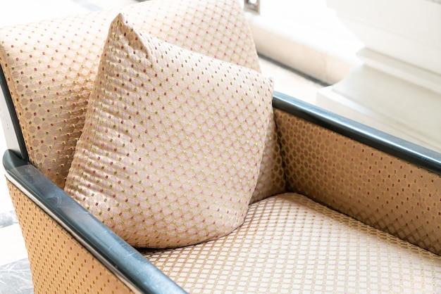 Пустой стул с подушкой