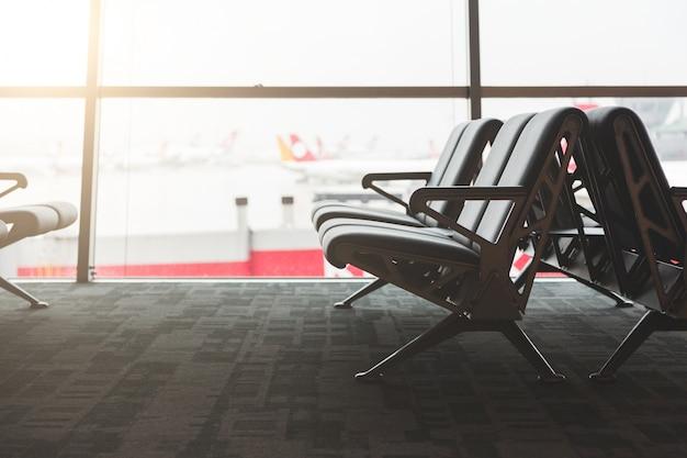 Пустые стулья в зале ожидания в аэропорту