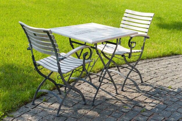Пустые стулья в кафе или ресторане в летний день