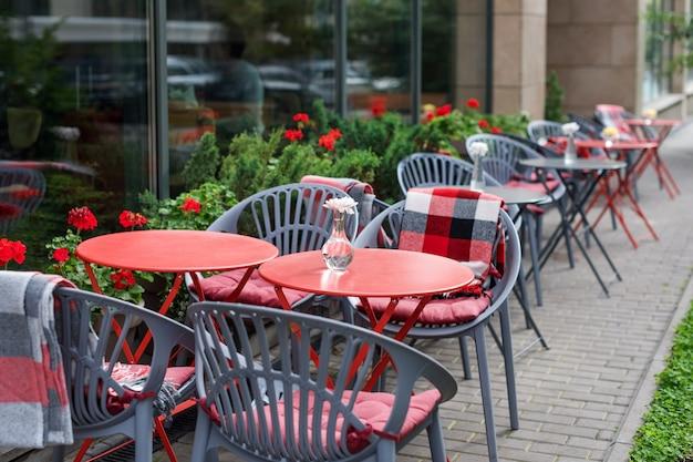 야외 카페 또는 레스토랑의 빈 의자 빨간색과 회색 금속 테이블과 의자 보도 카페