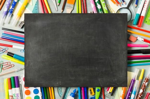 Пустой доске на фоне красочных