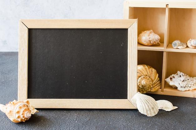 貝殻で空の黒板またはフォトフレーム