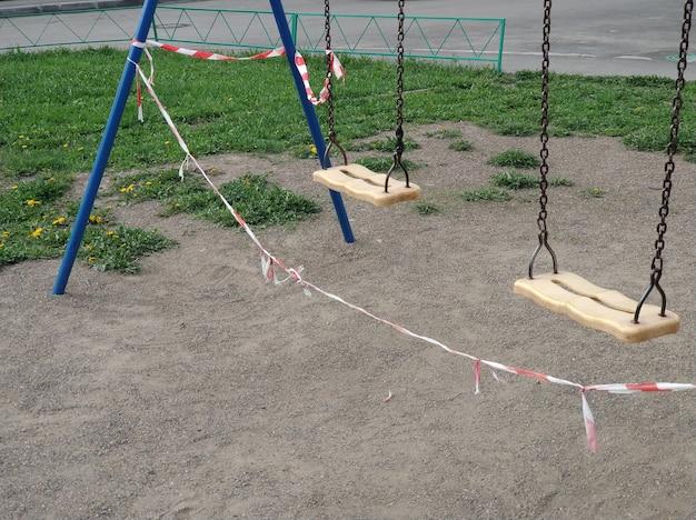 Пустая детская площадка закрыта