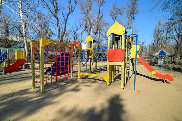 Covid-19ウイルスの脅威による緊急事態時のモルドバ、キシナウの中心部にある大聖堂広場の公園の空の子供用プレイグラウンド