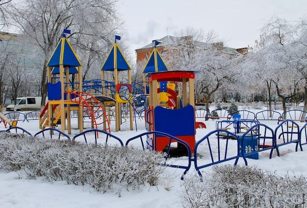 Пустая детская площадка в городском парке зимой