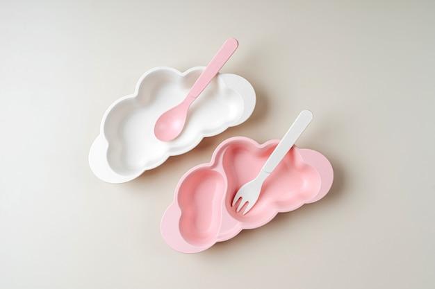 雲の形をした空の子供用お皿。出産。キッズメニューのコンセプト