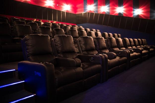 空の映画館、映画のプレミア上映前の柔らかい椅子のある映画館