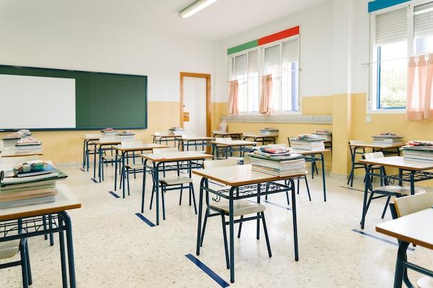 빈 교실. covid 전염병 기간 동안 학교로 돌아갑니다.