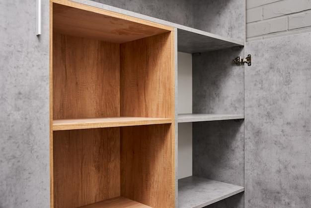 Пустой шкаф для разной одежды. шкаф с полками. никто