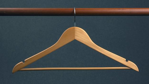 Пустая вешалка для одежды висит на сером