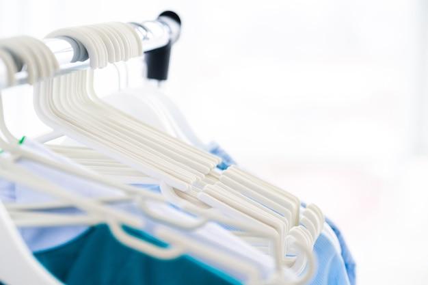 Пустые вешалки для одежды