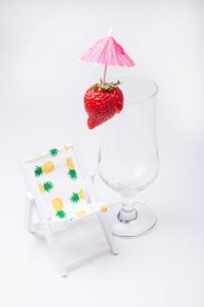Пустой бокал для коктейля с красной клубникой