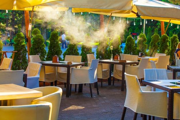 テーブルと椅子のある空のコーヒーとレストランのテラス。