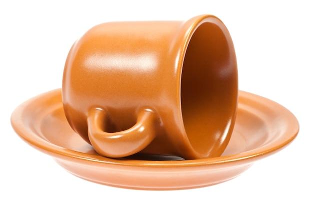 Пустая кофейная чашка на блюдце, изолированном на белом