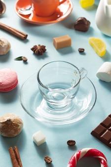 Пустая стеклянная чашка кофе и ингредиенты