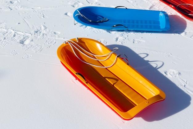 Пустые красочные снежные сани на блокировке