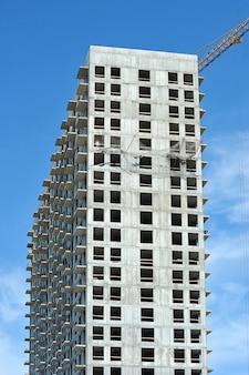 Пустая бетонная коробка высотного строительного крана