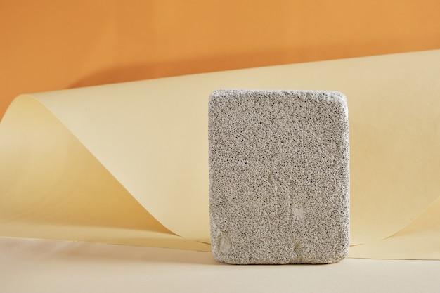 Пустой бетонный подиум на коричневом фоне, макет, пустой фон для вашего продукта