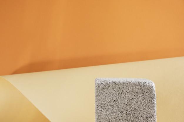 Пустой бетонный подиум на коричневом фоне макет