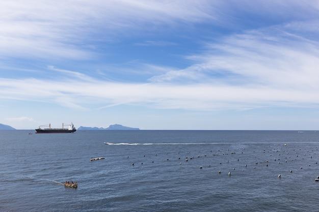 푸른 바다에 빈 컨테이너 화물선입니다. 조감도