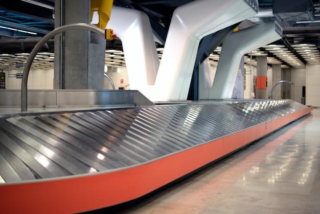 Пустой конвейер багажного отделения аэропорта