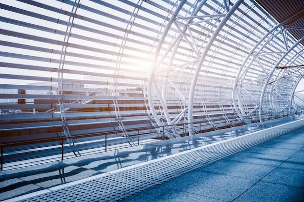Пустой коридор современного аэропорта