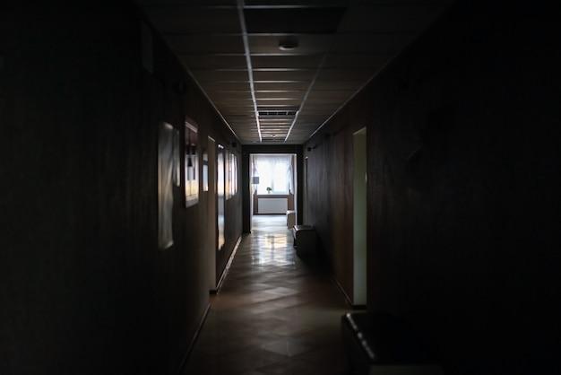 Пустые коридоры клиники, с выключенным светом. для любых целей.