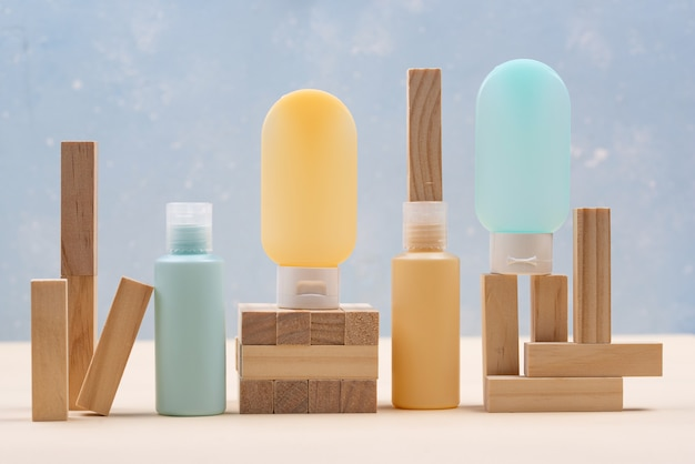 木製の幾何学的な表彰台と空の化粧品チューブ