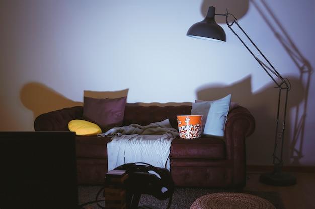 Пустой диван и телевизор
