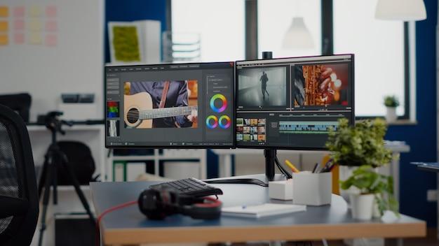 책상 위에 전문 컴퓨터가 있는 빈 창작 작업장