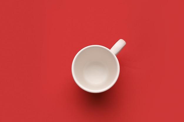色の表面に空のカップ