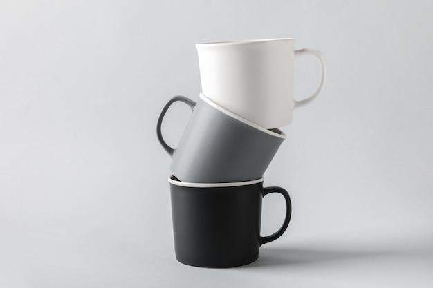 明るい表面に空のカップ