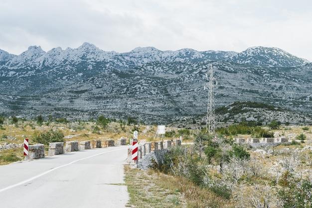 Пустая извилистая дорога в мали-халан, южный велебит, извилистые впадины в скалистые горы.
