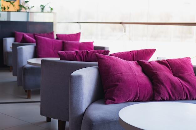 一般的なカフェの空のクッションとソファ。 c
