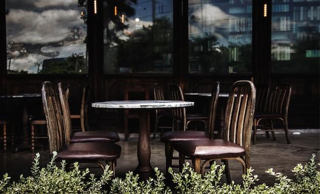 Пустой клиент в старом стиле ресторан открытый в пандемии