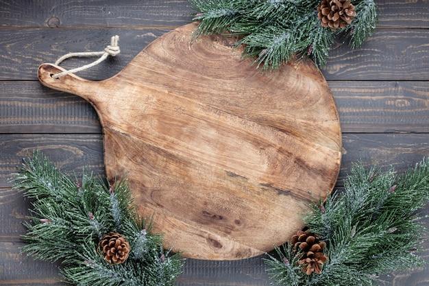 Пустая разделочная доска на старом рождественском столе rustik. Premium Фотографии