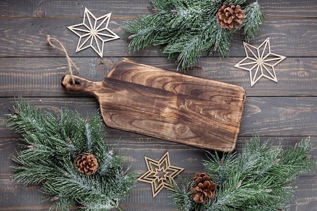 Пустая разделочная доска на старом рождественском столе rustik.