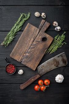 Пустая разделочная деревянная доска с ножом для мясника, плоская планировка, на черном деревянном столе