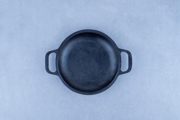 空の暗い鍋。
