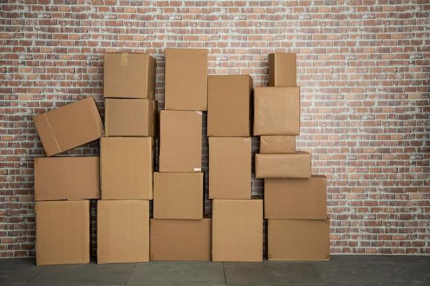 レンガ壁のボックスがたくさんある空の堆積物。コピースペース。