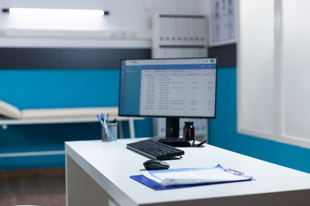 Scrivania vuota con documenti medici da tavolo e appuntamento clinico