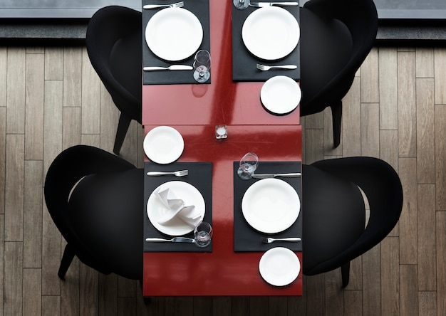 レストランの空のダイニングテーブル