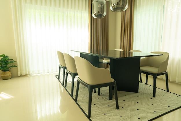 Пустой обеденный стол и украшение стула дома
