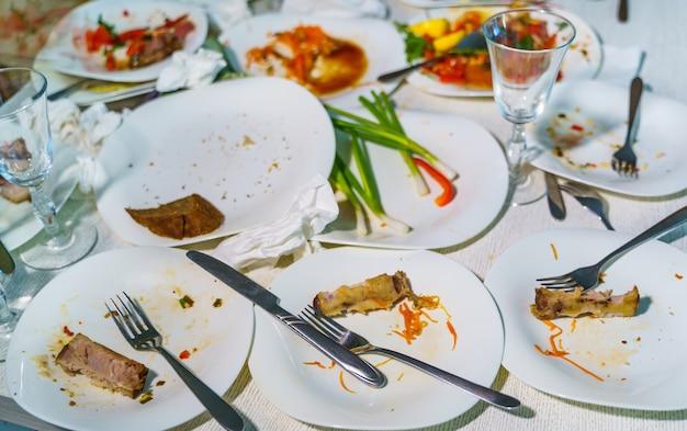 Пустые блюда после семейного ужина в ресторане. партия, праздник или концепция здорового питания.