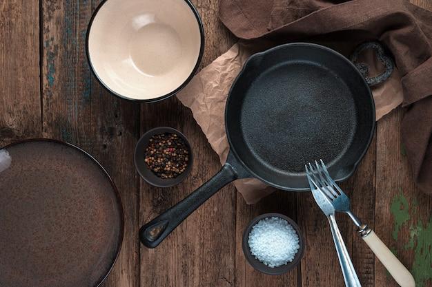 빈 요리, 프라이팬, 나무 배경에 접시. 상단에서보기. 디자인에 대한 개념.